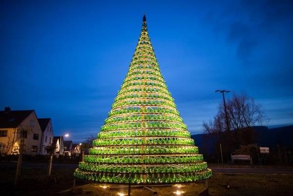 Weihnachtsbaum Aufbauen.1099 Kleine Bocksbeutel Am Weihnachtsbaum
