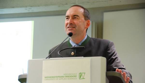 Hubert Aiwanger führte mit einem Impulsvortrag zur Podiumsdiskussion hin. (Foto: HSWT)