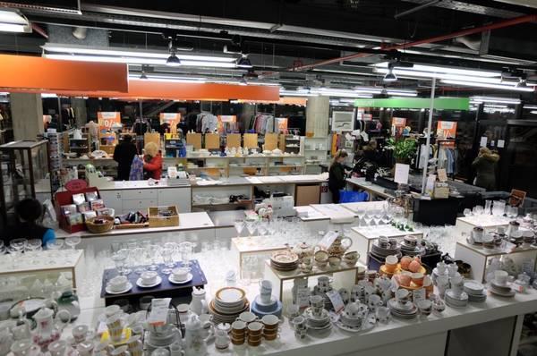 3bf9163567bc7a Im Secondhandkaufhaus der Diakonia in München ist alles rund zwei Drittel  günstiger als in normalen Geschäften. (Foto  loh)