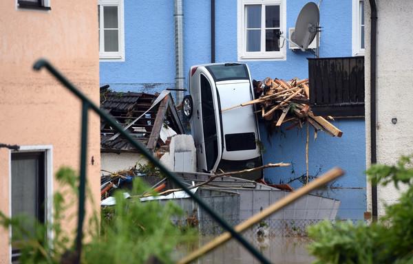 mindestens vier tote bei hochwasser katastrophe in niederbayern. Black Bedroom Furniture Sets. Home Design Ideas